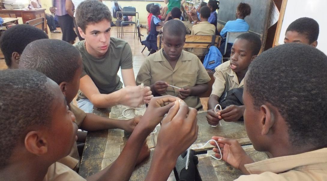 Voluntarios de educación en Jamaica enseñando habilidades importantes a niños.